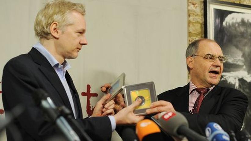 Rudolf Elmer (rechts) übergibt WikiLeaks-Gründer Julian Assange im Januar 2011 zwei CDs, auf denen sich Bankdaten befinden sollen.