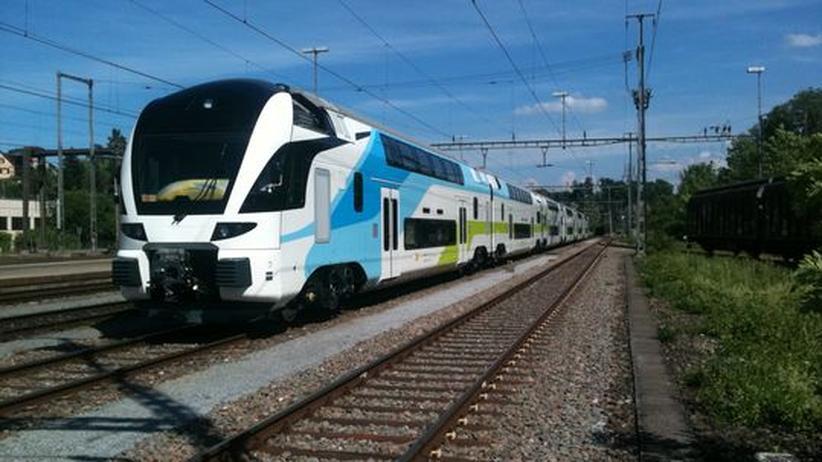Blau-Weiß-Grün gegen das Rot der Bundesbahnen: Der erste Zug der Westbahn auf Testfahrt