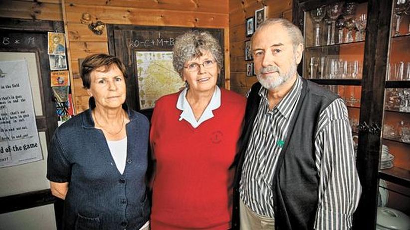 Kirche: Ingrid Mayer, Martha und Gert Heizer in ihrem Wohnzimmer nahe Innsbruck