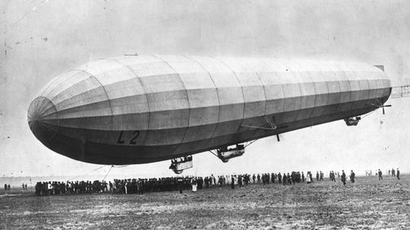 Geschichte: 20. September 1913: Ein Zeppelin nach seiner Jungfernfahrt von Friedrichshafen nach Johannistal.