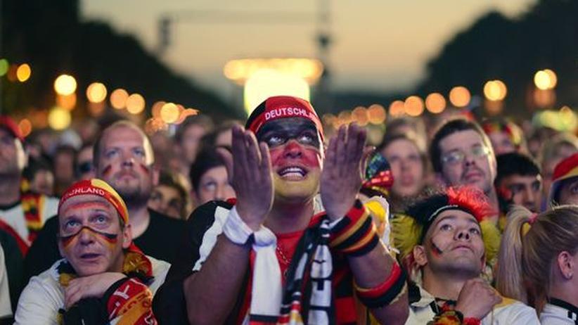 Fans während des Viertelfinales der Fußballeuropameisterschaft 2012: Nirgendwo wird deutlicher, welche Bedeutung eine Ersatzreligion für Menschen haben kann.