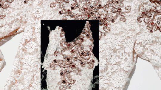 Daran hat man ganz schön schwer zu tragen: Kleid mit Applikationen von Dolce&Gabbana, 3950 Euro