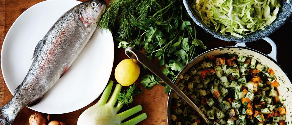 Gericht mit Forelle und Spitzkohl