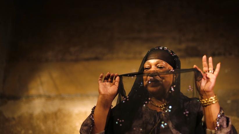 Eine ägyptische Musikerin bei einer traditionellen Aufführung in Kairo