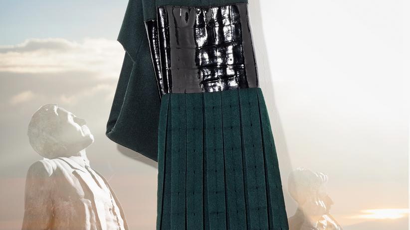 Glänzendes schwarzes Vinyl ist Bestandteil dieses Kleids von Calvin Klein Collection