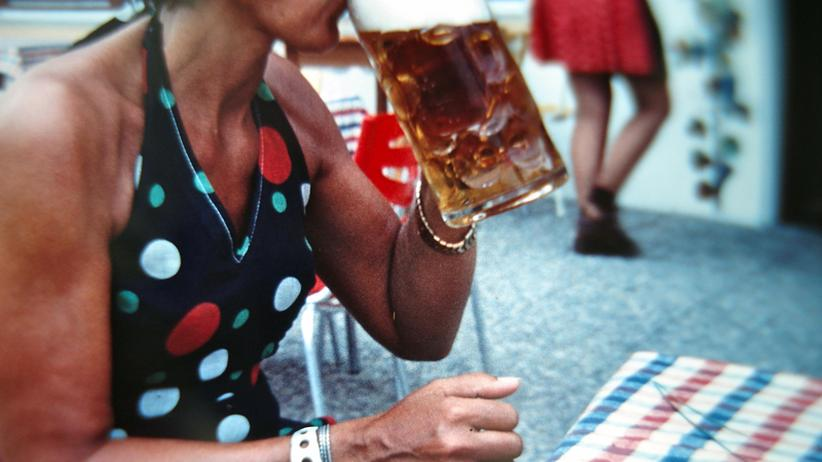 Eine Frau trinkt Bier