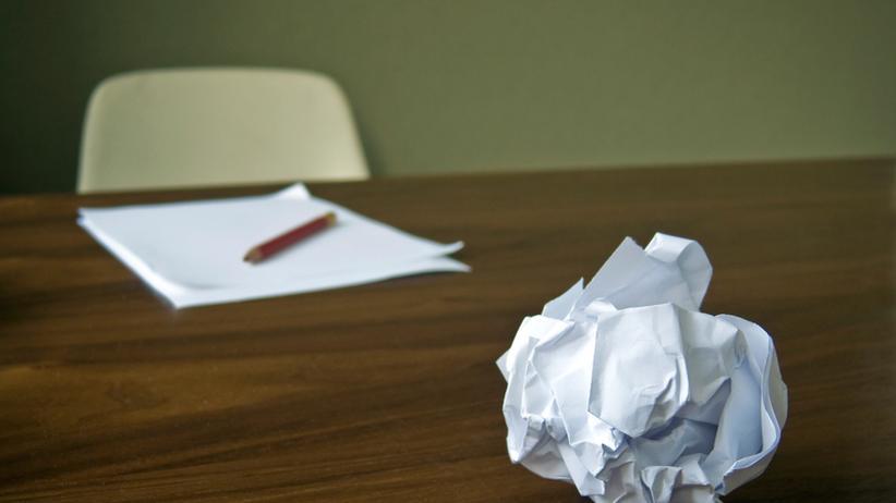 Arbeitsplatz: Nippes gegen leer geräumten Schreibtisch