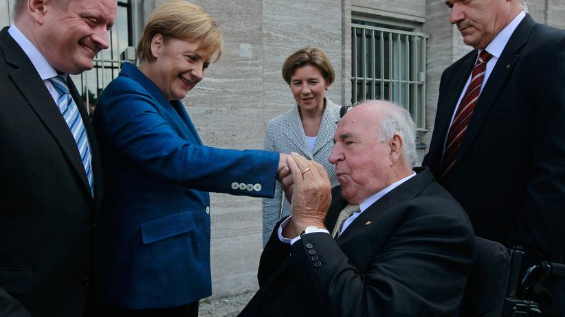 Helmut Kohl: Nicht immer in Eintracht: Altkanzler Helmut Kohl im Jahr 2010 mit seiner Nachfolgerin Angela Merkel. Hinter Kohl seine Ehefrau Maike Kohl-Richter