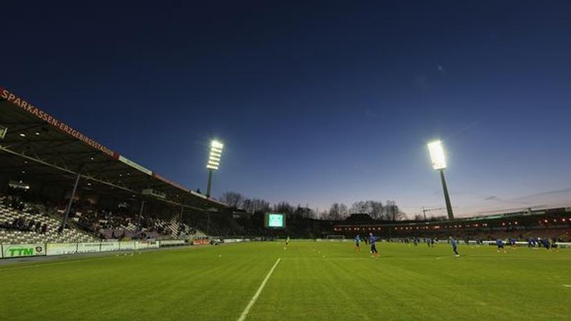 Fußball: Sport, Fußball, FC Erzgebirge Aue, Bundesliga, Fußball, Reiner Calmund, Dynamo Dresden, Erzgebirge