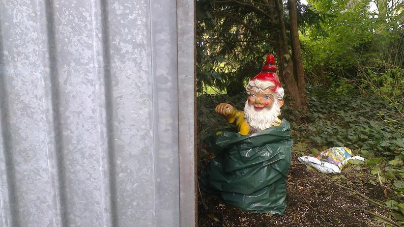 Bei dem »Schietwetter« suchen sich selbst Gartenzwerge ein trockenes Plätzchen – auch wenn eine Mülltüte als Regenschutz herhalten muss.