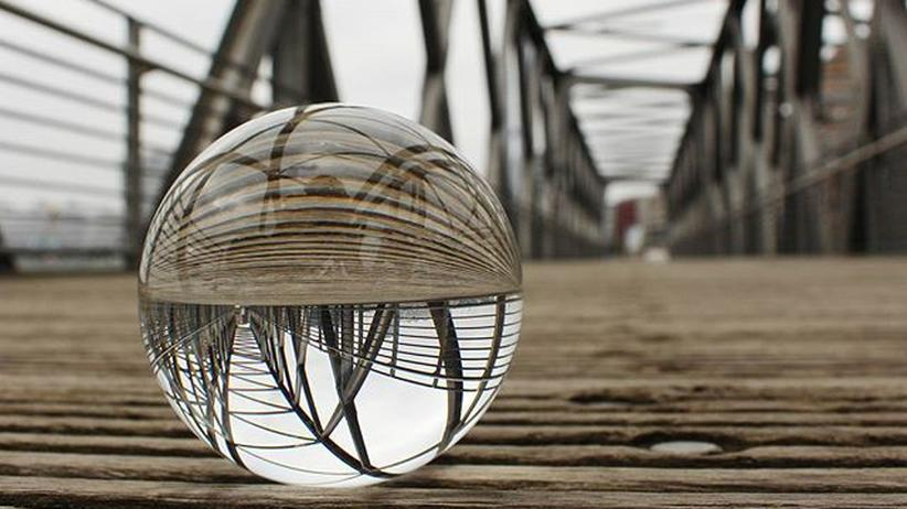 Verregnete Hafencity in der Glaskugel