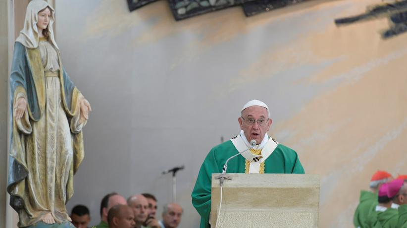 Papst Franziskus: Pope Francis leads a mass at the Immaculate Conception church in Baku, Azerbaijan, October 2, 2016. Osservatore Romano/Handout via Reuters
