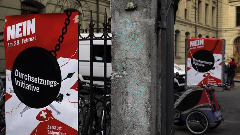 Asylpolitik in der Schweiz: Poster gegen die sogenannte Durchsetzungsinitiative, über die die Schweizer erstmals im Februar 2016 abgestimmt haben.
