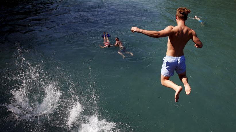 Menschen springen in die Aare