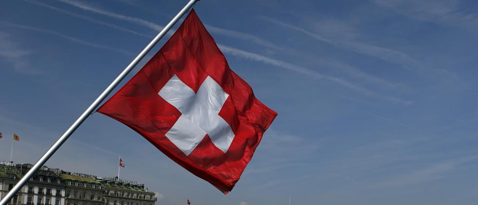 Schweizer Flagge am Genfersee