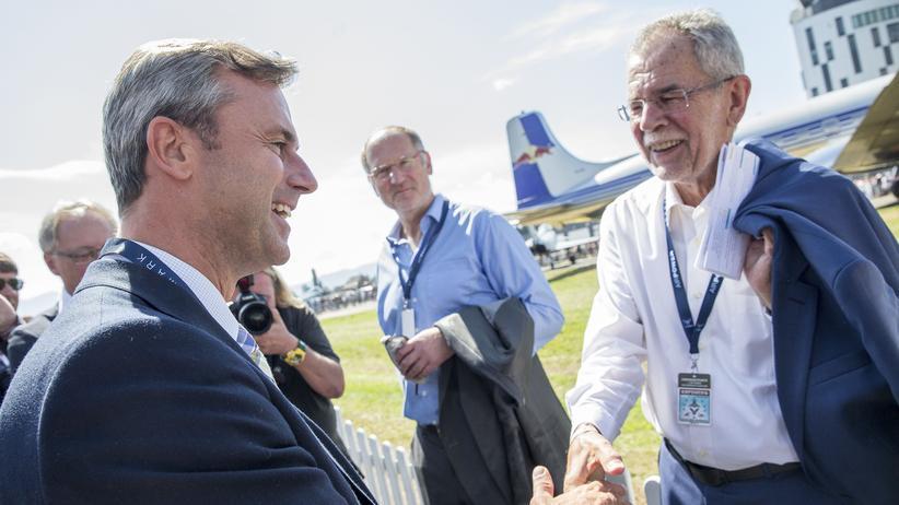 """Bundespräsidentenwahl: Die Kandidaten Norbert Hofer und Alexander Van der Bellen schütteln sich am Rande der Airshow """"Airpower 16"""" in Zeltweg, Österreich, die Hand."""