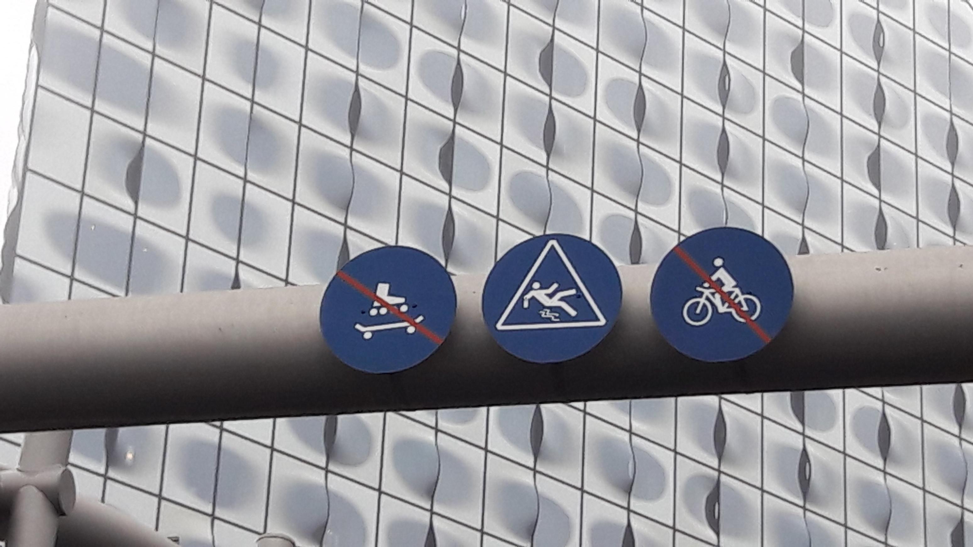 Ausrutschen ist am Fähranleger der Elbphilharmonie immerhin erlaubt.