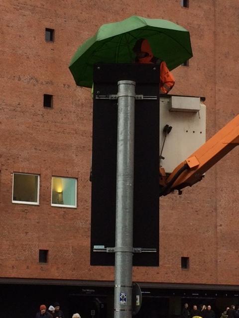 Das ist doch mal ein Schirm, unter dem es sich arbeiten lässt! (Hier werden die verkehrsregelnden Schilder an der Elbphilharmonie erneuert.)