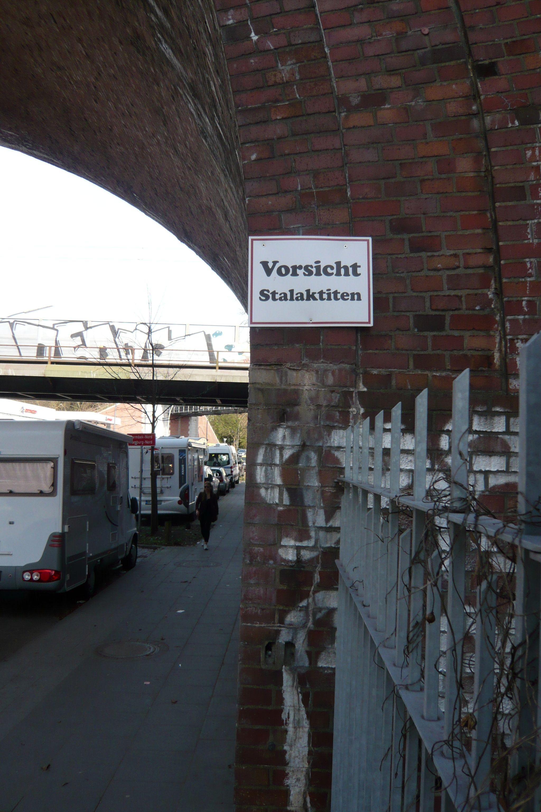 Irgendwann stimmt diese Warnung an der S-Bahn-Brücke in Barmbek bestimmt. Dauert nur noch ein bisschen …