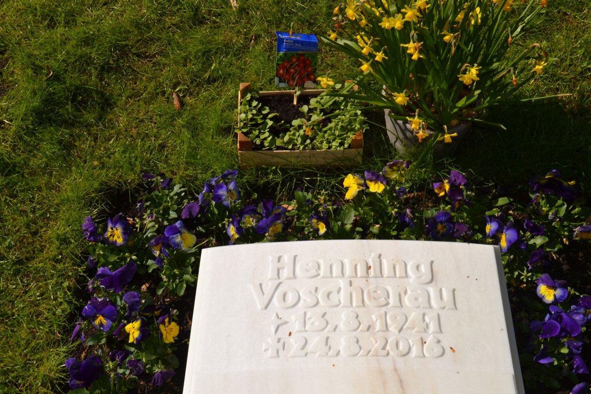 Sprichwörtlich »die Radieschen von unten betrachten« – humorvolle Bepflanzung am Grab von Henning Voscherau auf dem Ohlsdorfer Friedhof.