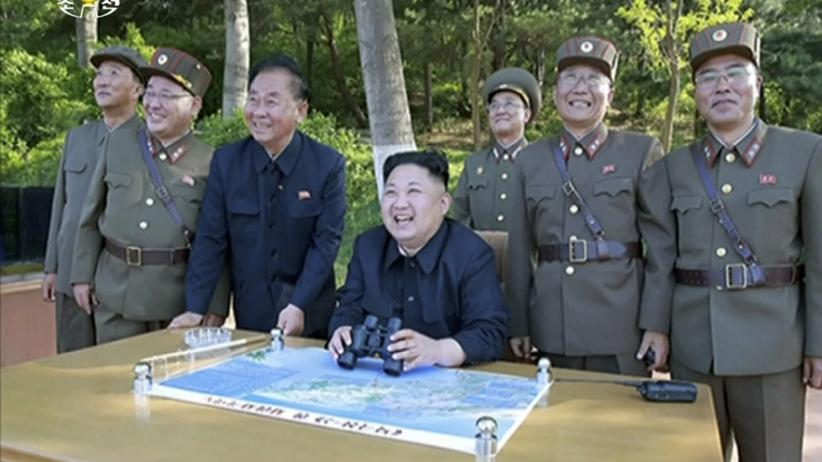 Nordkorea: Nordkoreas Diktator Kim Jong Un beobachtet den Test-Start einer Rakete. Standbild aus dem Programm des nordkoreanischen Fernsehsenders KRT.