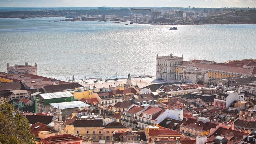 Portugal: Blick vom Castelo de São Jorge auf die Stadt und den glitzernden Tejo.