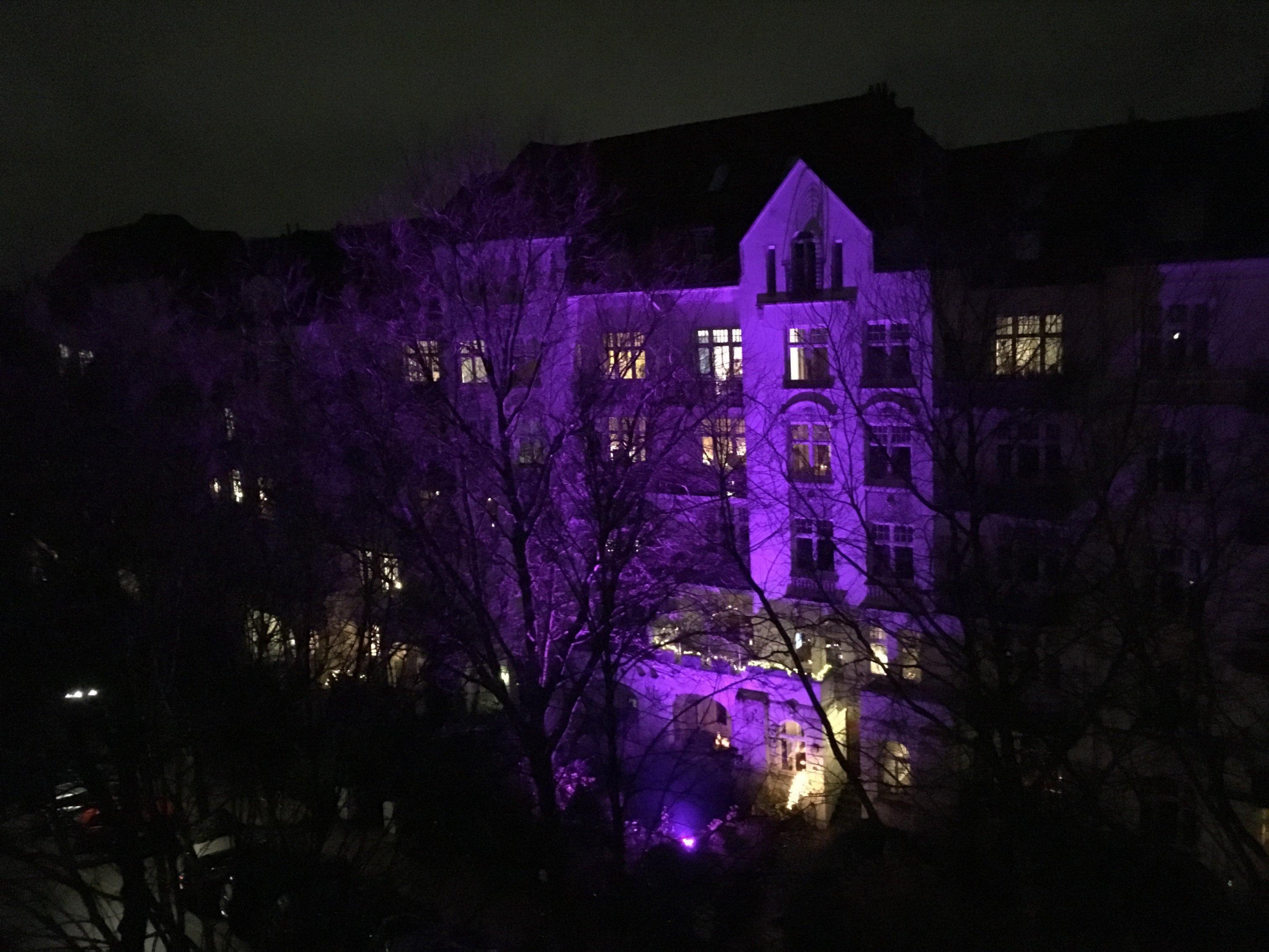 Beginnen wir unseren neuen Fotowettbewerb »Weihnachtliches Wettleuchten« mit einem Positivbeispiel. An diesem Haus in Eimsbüttel blinkt und funkelt nichts, sondern es ruht still und sanft – und gleichzeitig trendig eingefärbt in die Pantone-Farbe 2018, »Ultra-Violet«. Die Nachbarn gegenüber müssen zum Schlafen auch nicht die Fenster verhängen, denn die Beleuchtung wird ausgeschaltet, bevor die noch das erste Mal so richtig gegähnt haben. Vorbildlich!