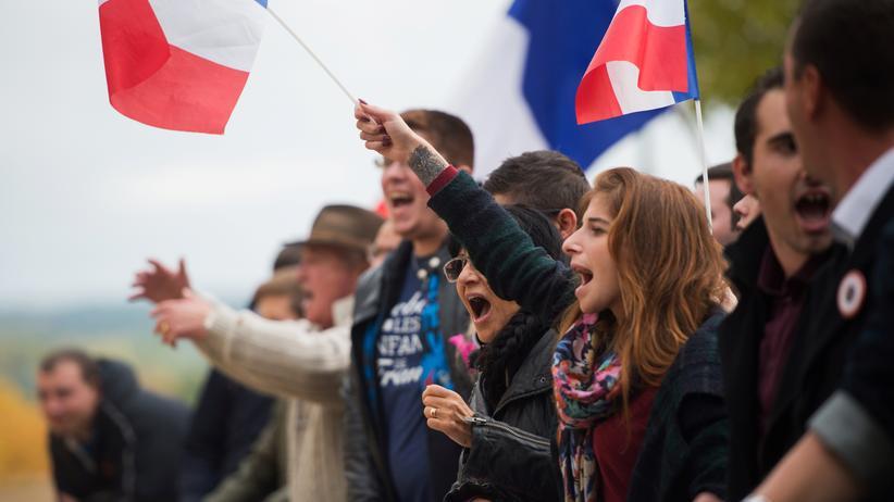 Arena Analyse 2017: Anhänger des rechtsextremen Front National protestieren gegen eine Pro-Flüchtlings-Demonstration in La Tour d'Aigues, Frankreich.