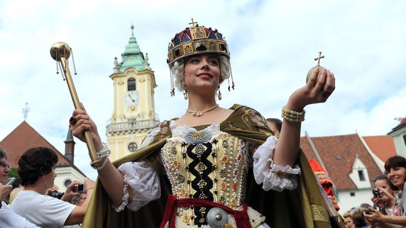 Eine Frau, verkleidet als Maria Theresia