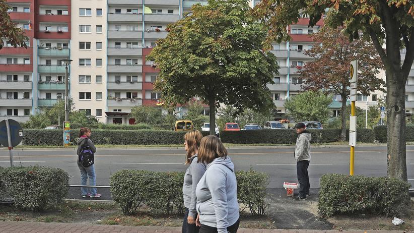 Einkommen: Passanten im Stadtteil Hellersdorf in der Nähe eines Wohnhauses aus der kommunistischen Ära.