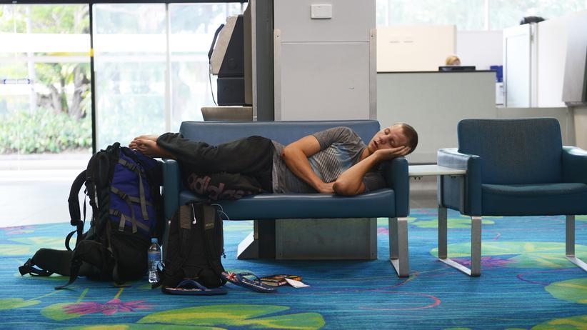 Flughäfen: Schlafende Menschen am Flughafen in Singapur.
