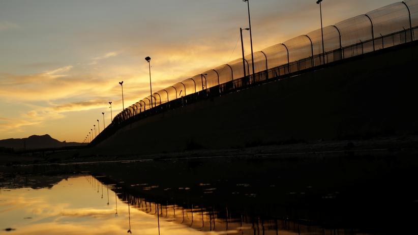 Grenze zu Mexiko: Die Mauer in der Abenddämmerung.