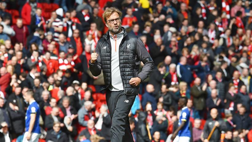 Fußballtrainer: Liverpools Trainer Jürgen Klopp freut sich am 1. April 2017 über ein Tor seiner Mannschaft gegen den Lokal-Rivalen FC Everton.