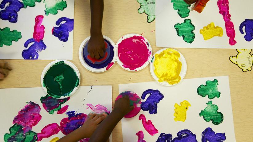 Kinderkunst: Junge Künstler beim Malen.