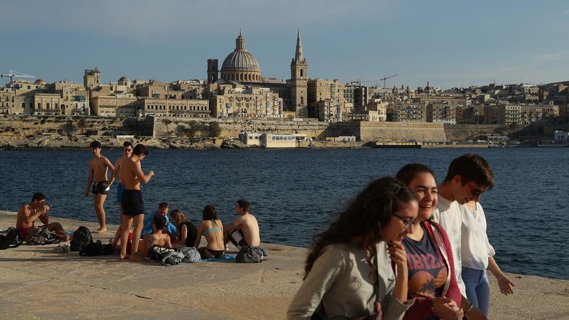 Malta: Junge Leute entspannen sich am Ufer in Sliema, Malta.