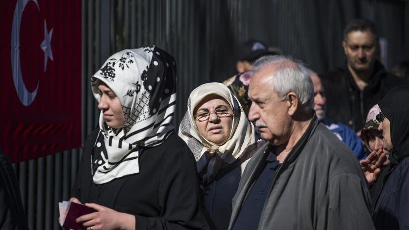 Deutschtürken: Deutschtürken geben am türkischen Konsulat in Berlin ihre Stimme ab.