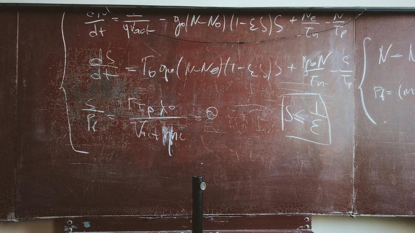 Mathematik: Mathematische Gleichungen auf einer Tafel.