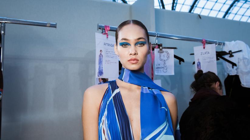 Models: Ein Model posiert Backstage vor der Leonard Paris Show auf der Paris Fashion Week.