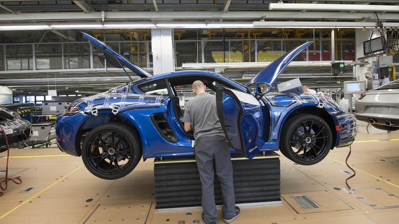 Spitzensteuersatz: Ein Porschemitarbeiter im Stuttgarter Werk