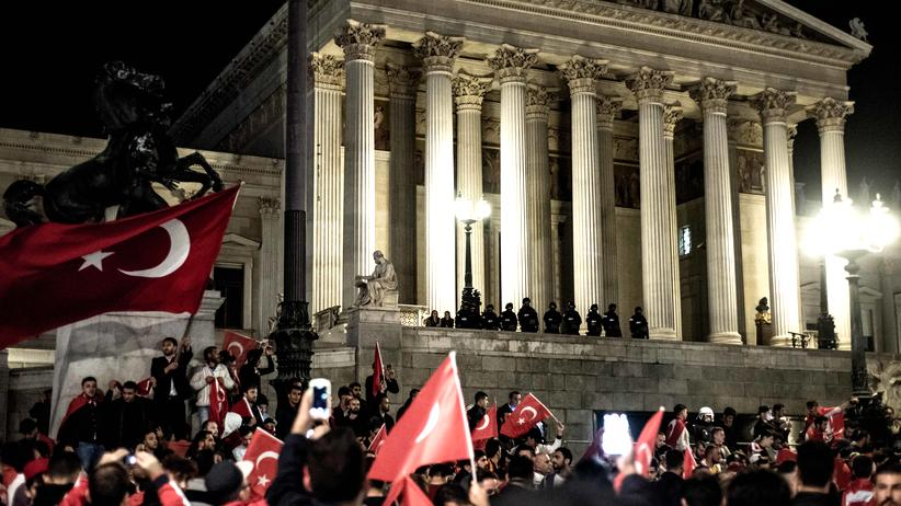 Erdoğan-Unterstützer demonstrieren im Juli 2016 nach dem Putschversuch in der Türkei vor dem Wiener Parlament.