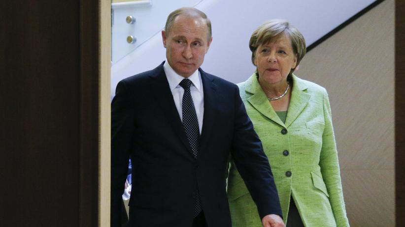 Russland-Sanktionen: Der russische Präsident Wladimir Putin und Bundeskanzlerin Angela Merkel in der Staatsresidenz in Bocharow Ruchei