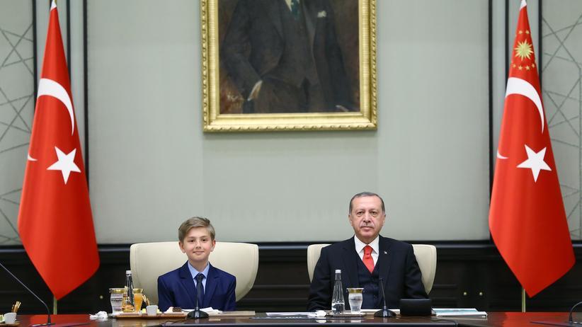 Bildungsreformen: Der Türkische Präsident Recep Tayyip Erdogan und Yigit Turk, ein 10-jähriger Schüler der Mehmet Akif Grundschule.
