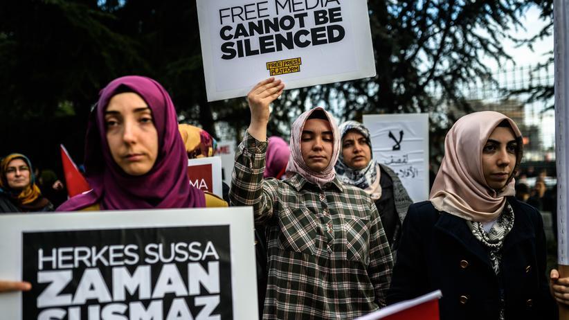 Pressefreiheit: Frauen demonstrieren für die Pressefreiheit.