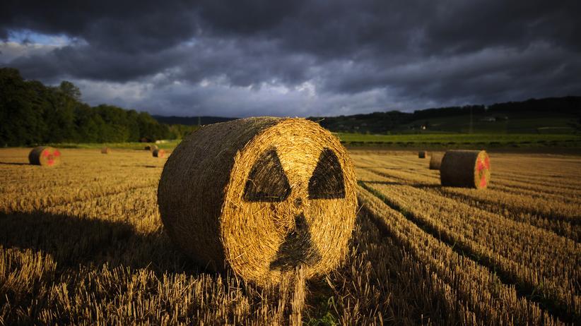 Klimaschutz: Strohballen mit dem Warnzeichen für Radioaktivität auf dem Weg von Lausanne nach Geneva.