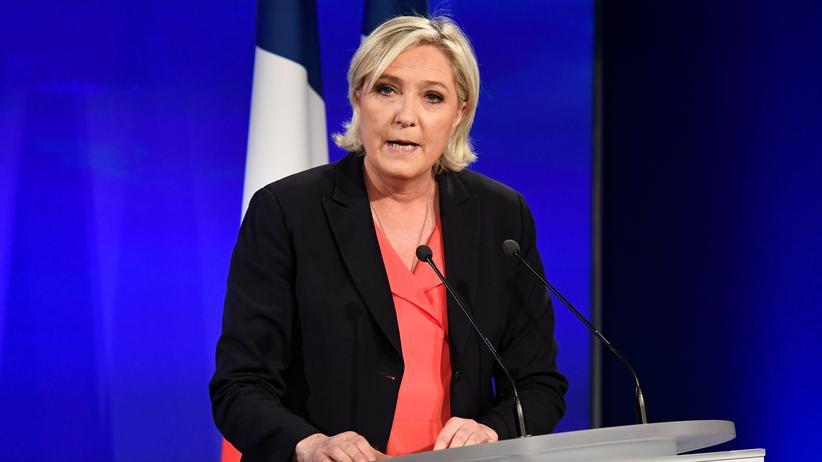 Populismus: Marine Le Pen vom rechtsextremen Front National bei ihrer Rede zur Wahlniederlage