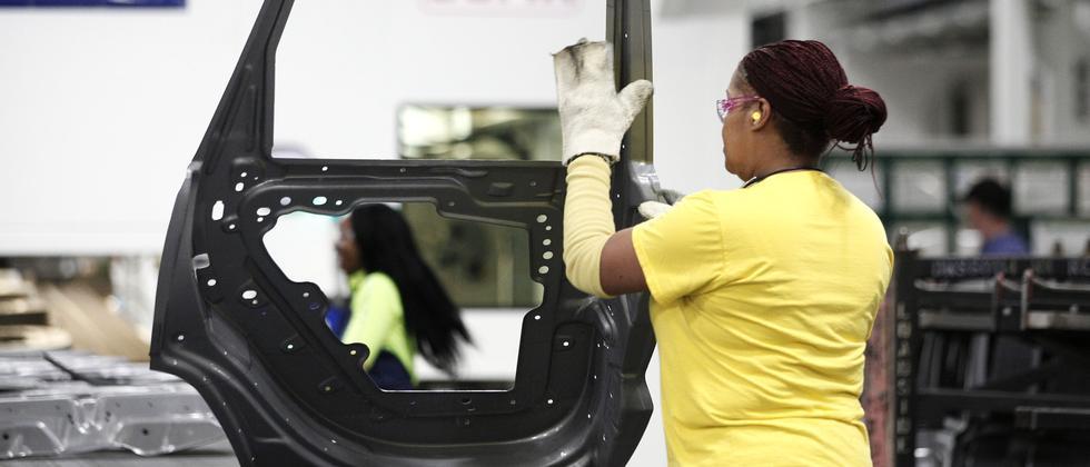 Eine Arbeiterin in einem Automobilwerk in Warren, Michigan