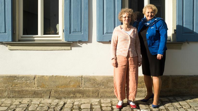 Kirchenasyl: Pfarrerin Doris Otminghaus (links) aus Haßfurt und CSU-Landtagsabgeordnete Petra Guttenberger aus Fürth (rechts) in Bamberg