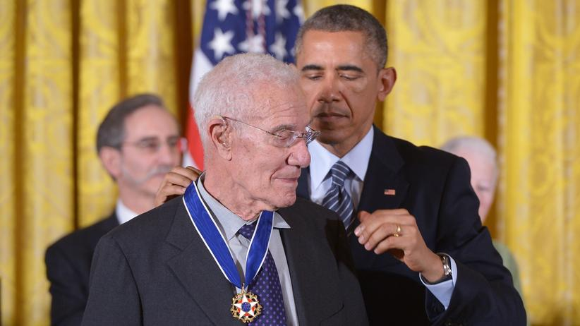 Cambridge: Ex-Präsident Barack Obama verleiht Robert Solow die Medal of Freedom.
