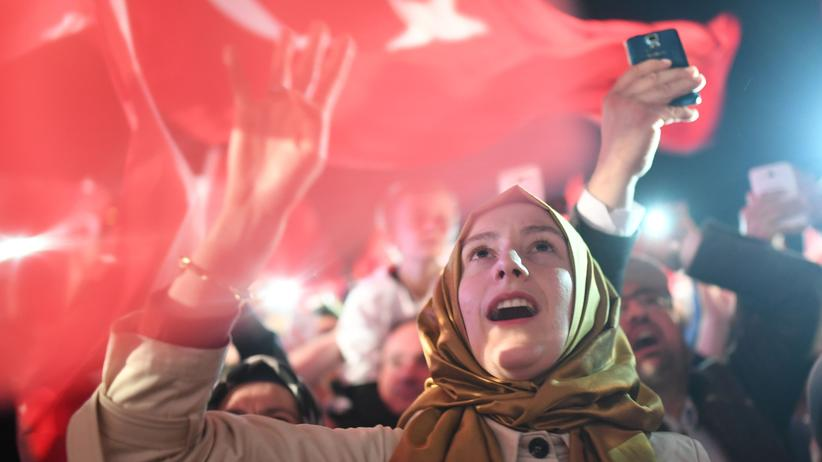 Capitalism: A woman celebrates the Turkish president Erdoğan after the results of a nationwide referendum, Istanbul, 16. April, 2017