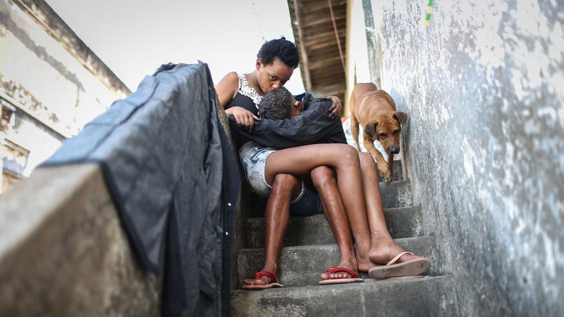 Weltwirtschaft: Bewohner einer Favela in Rio de Janeiro, die von Gewalt, Verschmutzung und Armut geprägt ist.